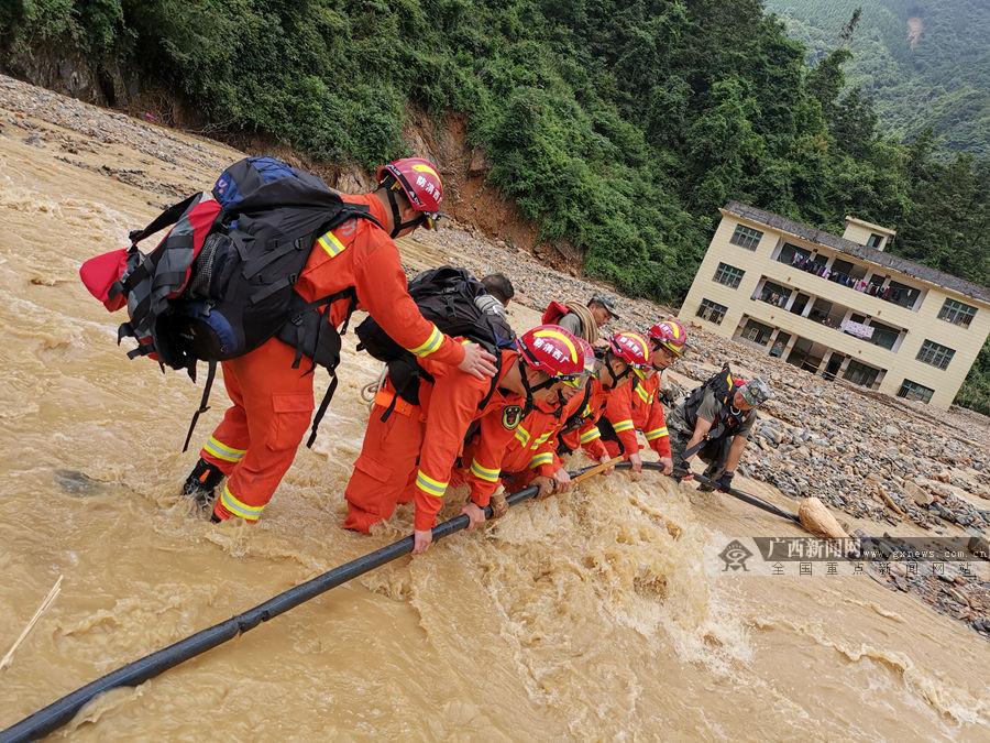 桂林:消防救援人员跋山涉水6小时寻找失联村(图)