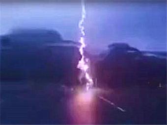 视频还原惊恐瞬间!一电动车骑手差点被闪电劈中