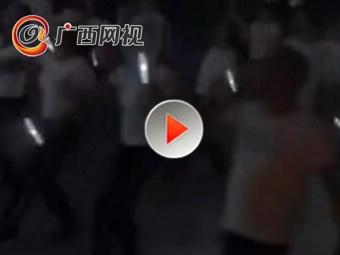 东北大妈拿灭蚊拍跳广场舞 健身驱蚊两不误