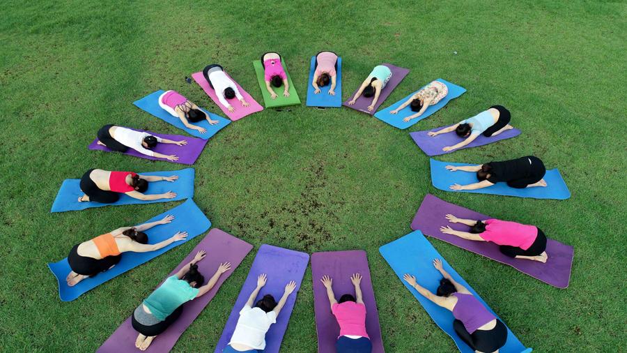 高清:瑜伽爱好者晨练瑜伽 感受人与自然和谐之美