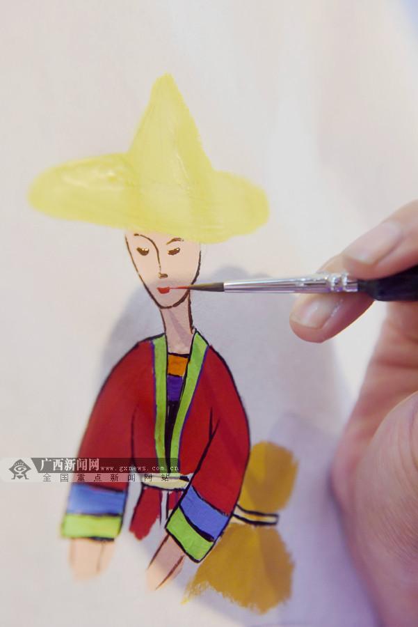 广西三江:鼓楼摆擂绘侗画(组图)