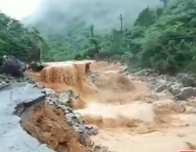 突发!凌云县暴雨致公路阻断 近100辆车滞留(组图)