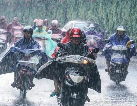 大雨袭击南宁 市民出行受阻