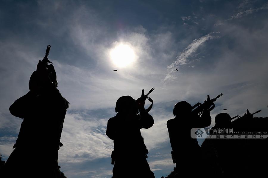 高清组图:高温酷暑下 武警官兵实弹射击训练正酣