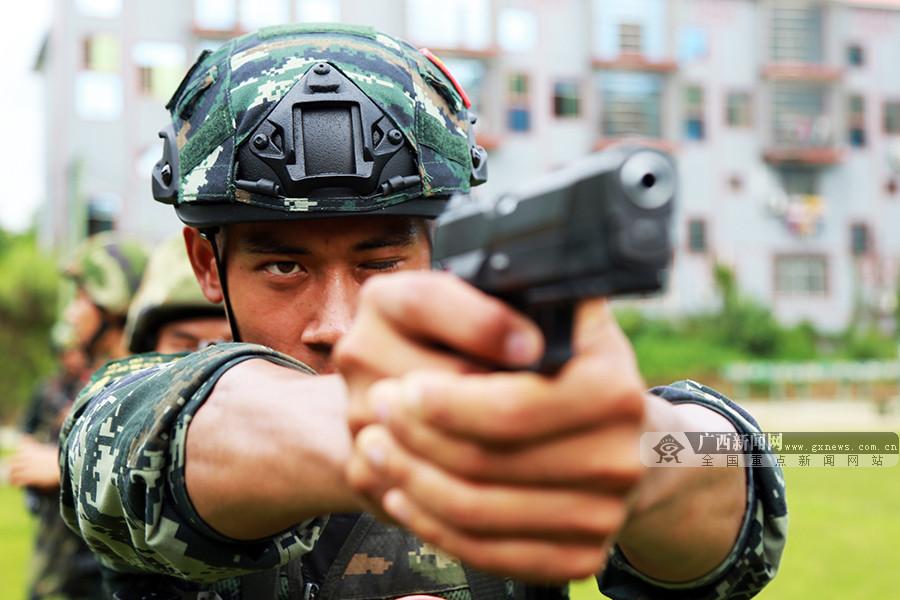 武警河池支队特战队员:高温淬火锻铸反恐利刃(图)