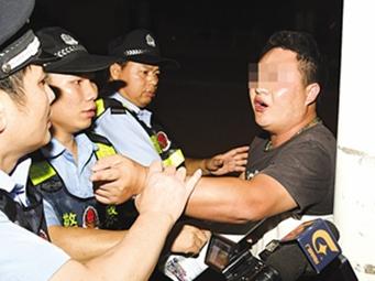 南寧警方夜查無證養狗 一男子阻撓執法被警告