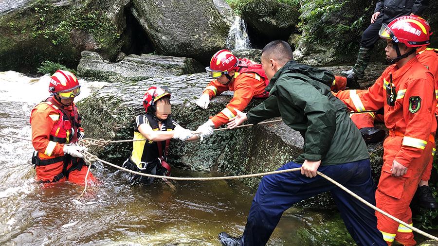 突降暴雨致河水猛涨 9名被困驴友成功获救(组图)