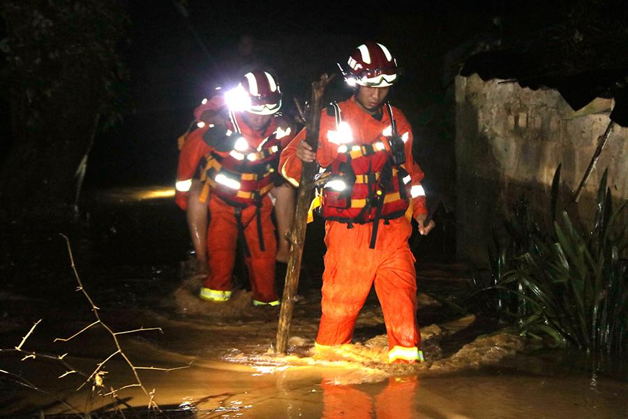 老人凌晨被洪水圍困家中 消防冒雨緊急營救(組圖)