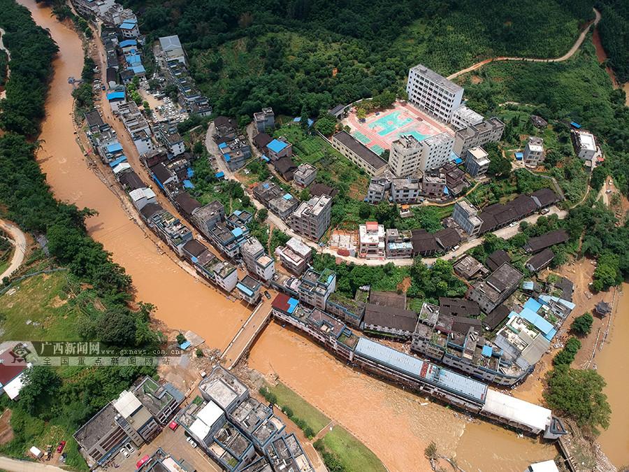 高清:武警官兵昼夜奋战48小时援建灾后六堡镇