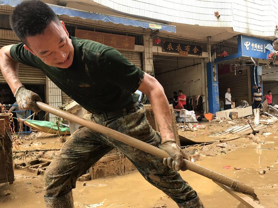 高清:武警官兵晝夜奮戰48小時援建災后六堡鎮