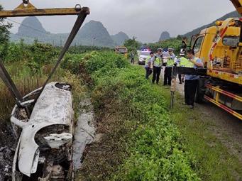 柳州一小车葬身火海车牌被拆走 或牵扯一起命案