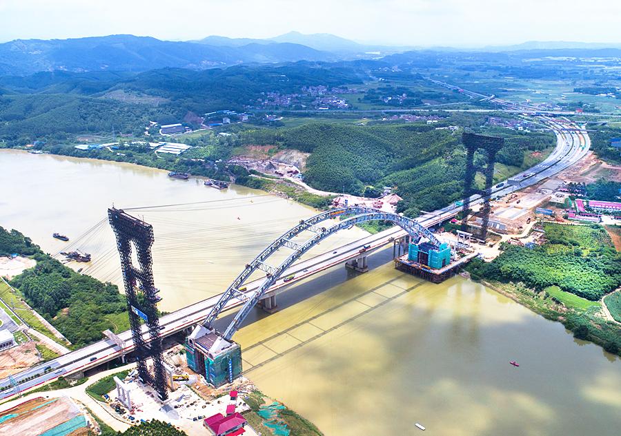 6月30日焦點圖:六律邕江特大橋跨江鋼拱合龍