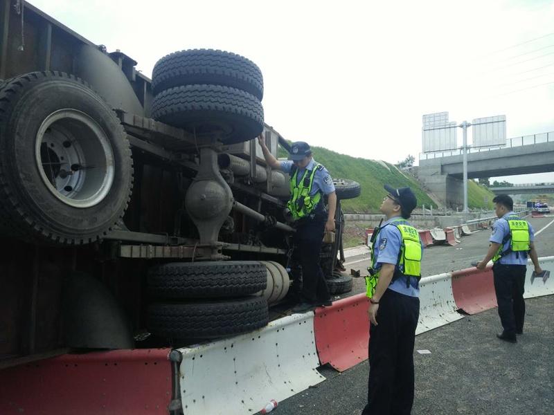 滿載番石榴的大貨車側翻 事故導致一死一傷(組圖)