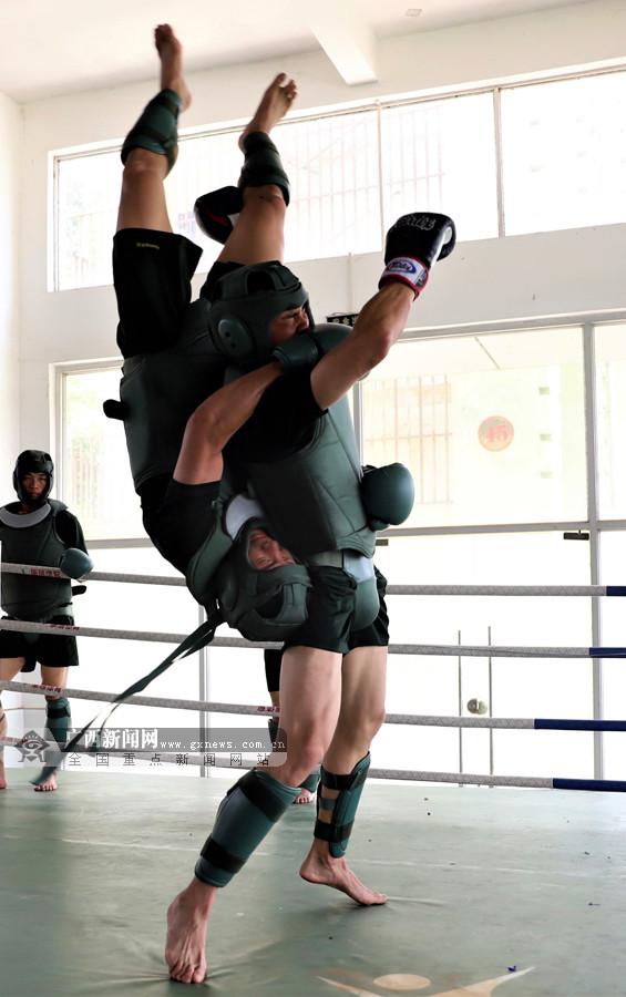 拳拳到肉!实拍武警官兵搏击训练现场(组图)