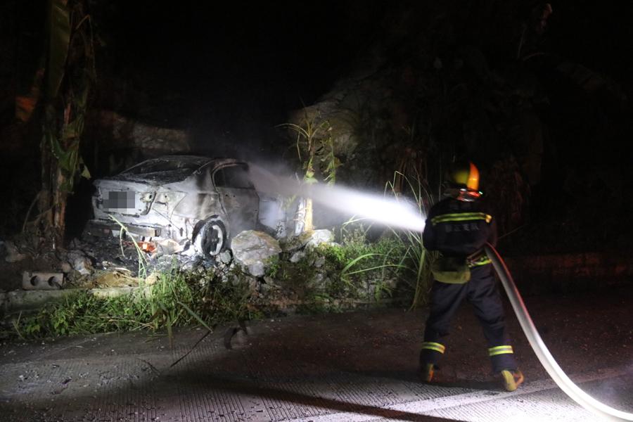 天等一小车撞上路边石头起火 消防5分钟扑灭(图)