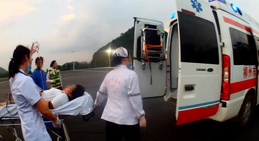 女子高速上駕車突發痙攣 高速交警伸援手救助(圖)