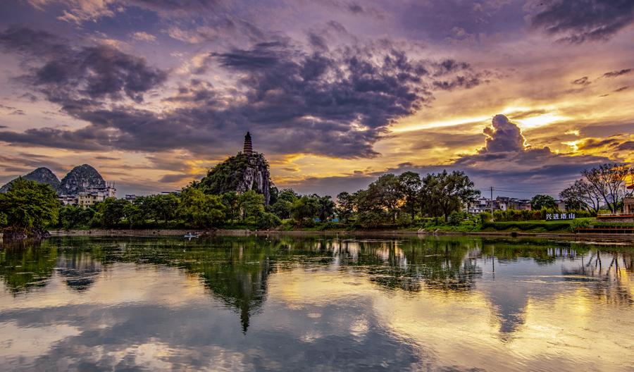 桂林天空現絢麗晚霞 吸引攝影愛好者拍攝(圖)