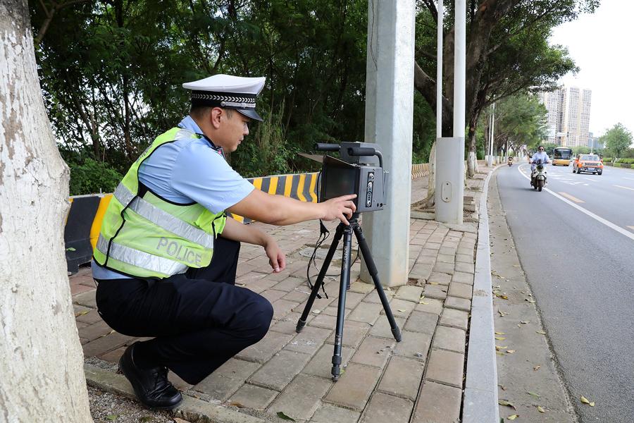 交警蹲在燈柱后測速?官方:是智能創新+現場嚴查