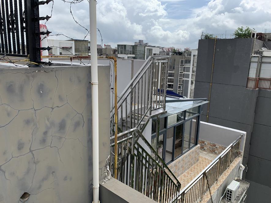 7月6日焦点图:南宁一小区楼中楼违建成风