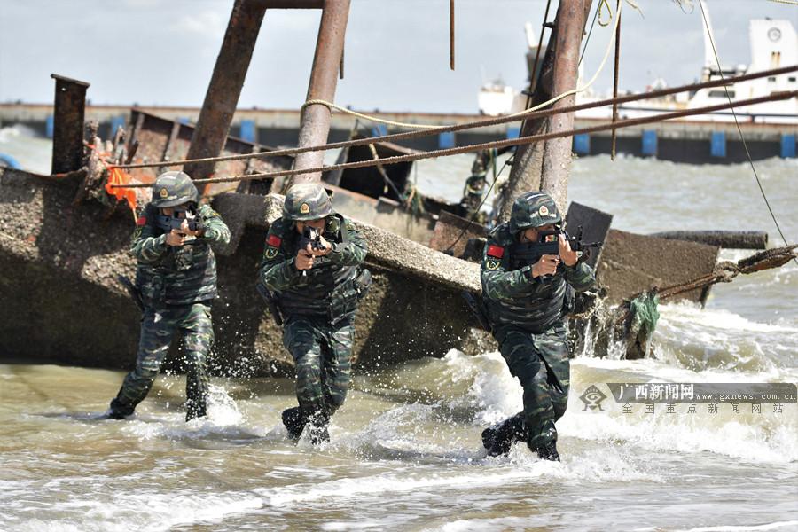 高清组图:实拍武警特战队员实战化反恐演练