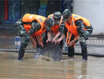 柳州暴雨致多处受灾 武警官兵紧急进行道路清淤