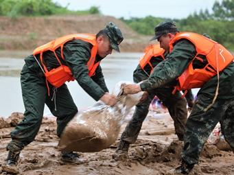 来宾:暴雨致河堤冲毁 武警官兵紧急加固堤坝(图)