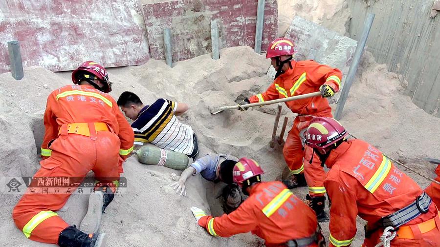 贵港4名工人被埋沙坑 消防员手刨数吨砂子营救