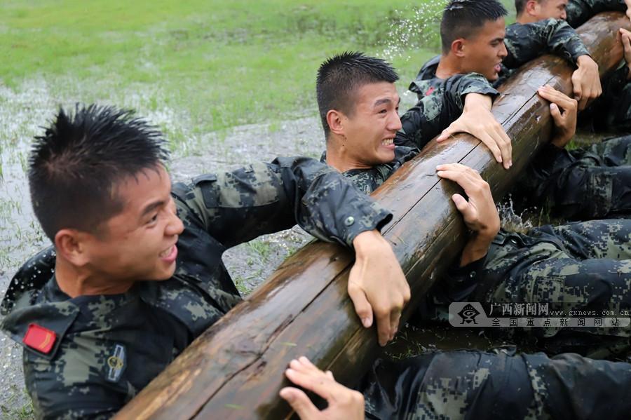 """贵港:武警""""三伏""""练兵忙(组图)"""