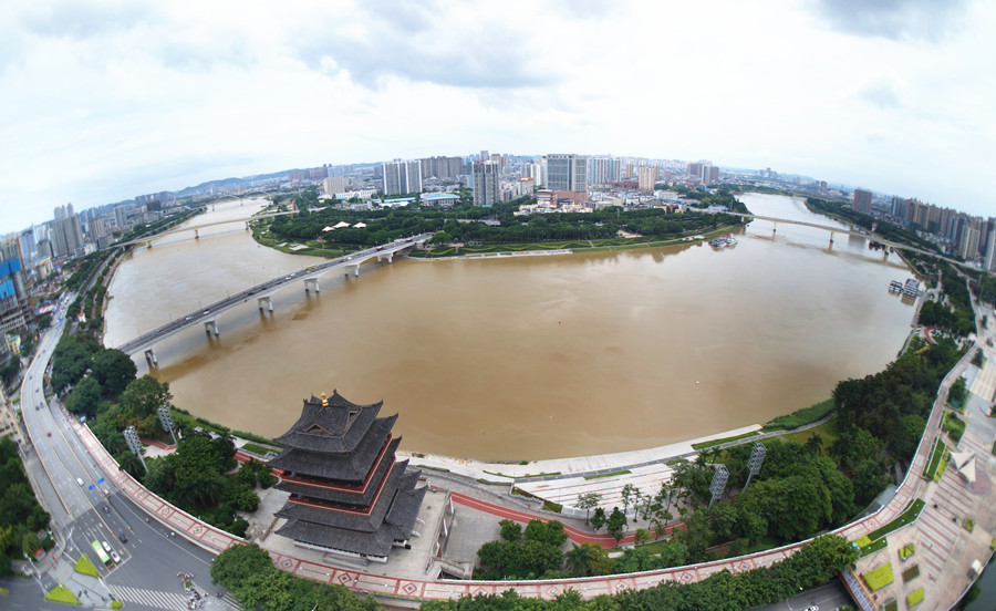 7月13日焦点图:南宁邕江水位上涨 市民冒险游泳