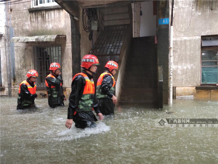 """新一轮强降雨致桂林内涝严重 武警官兵闻""""汛""""而动"""