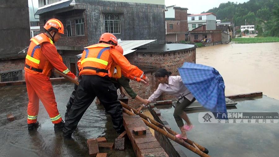 村庄内涝居民被洪水围困罗城消防迅速救援(图)