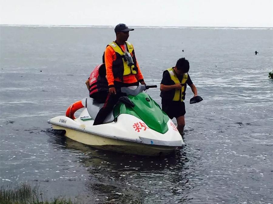 15日焦点图:游玩突遇涨潮 7名游客被困北海海滩