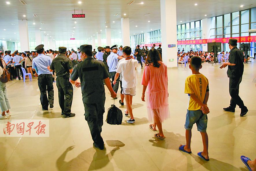 7月20日焦点图:拖家带口搞传销 南宁687名传销人员落网