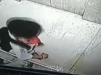 南宁12岁男孩电梯中撒尿 之后却获众人称赞(视频)