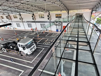 南宁首家水晶车辆查验站启用 可上玻璃栈桥看检车