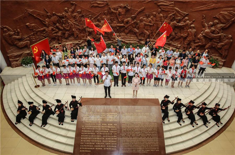 网媒记者激情唱响爱国赞歌 见证腾飞龙州(组图)