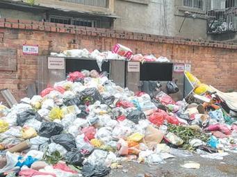 南寧一老舊小區部分居民不交物業費 垃圾堆成山