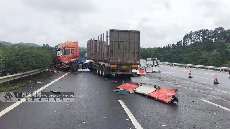 雨天路滑大货车高速失控冲向对向车道(图)