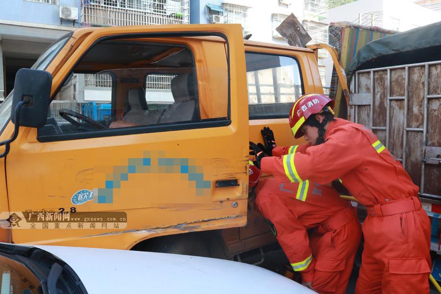 男子脚不慎被车门夹住 消防10分钟快速解困(图)