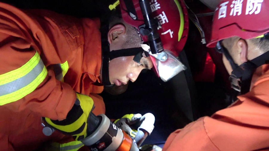 两满载砂石货车相撞 消防员挥汗如雨狭小空间救人