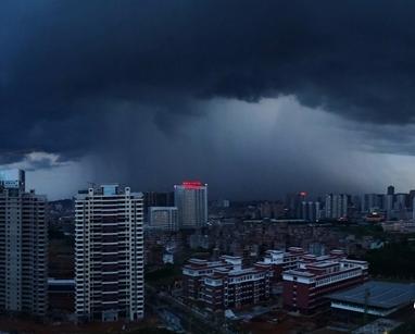 来宾:乌云压境大雨至
