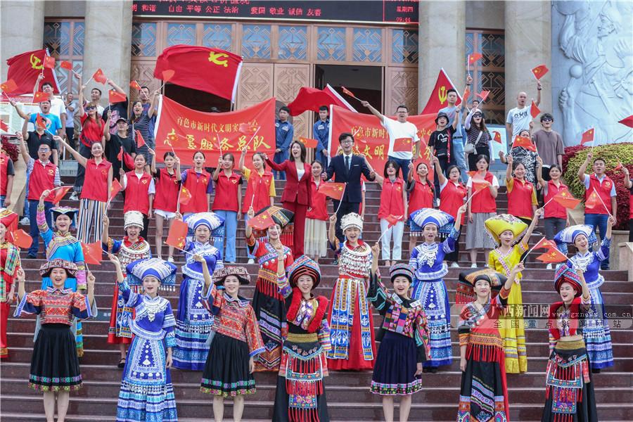 红歌快闪唱响百色革命老区 红色故事触动网媒记者
