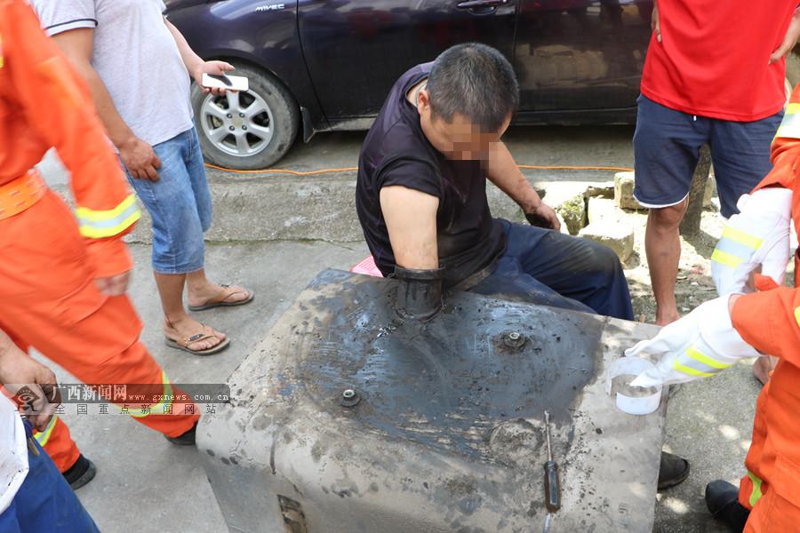河池:修车工不慎手卡油箱 消防员紧急救出