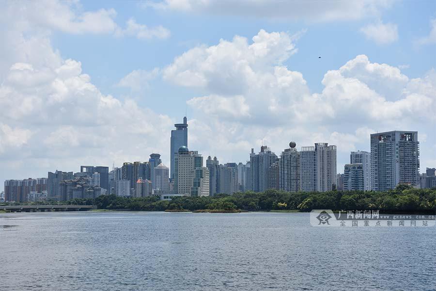 高清组图:广西持续高温天气 市民全副武装挡酷暑