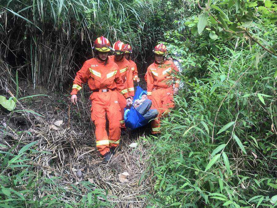 河池:老人突发脑血栓被困山中 消防员火速救援