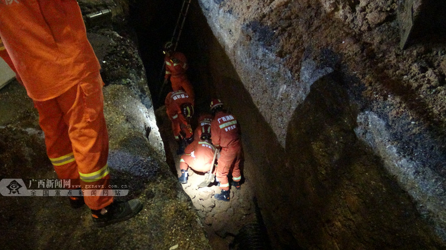 南宁:强降雨致工地塌方1人被埋 消防深坑中施救