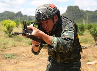 比武场就是战场 特战队员王振然挑战极限练本领