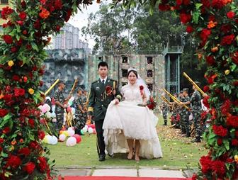 高清:軍旗為證戰友為媒 你嫁給愛情的樣子真美!