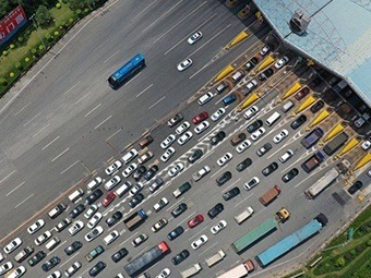 新收費站開通第一天 南寧機場高速堵車5公里(圖)