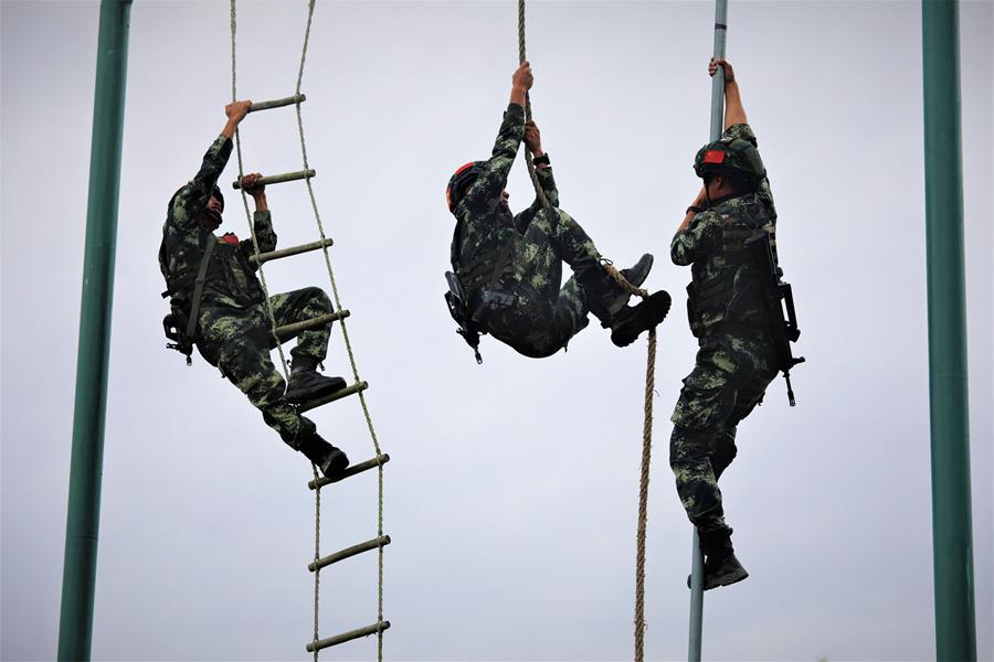 来宾:武警特战队员实战练兵 锤炼反恐精英(组图)